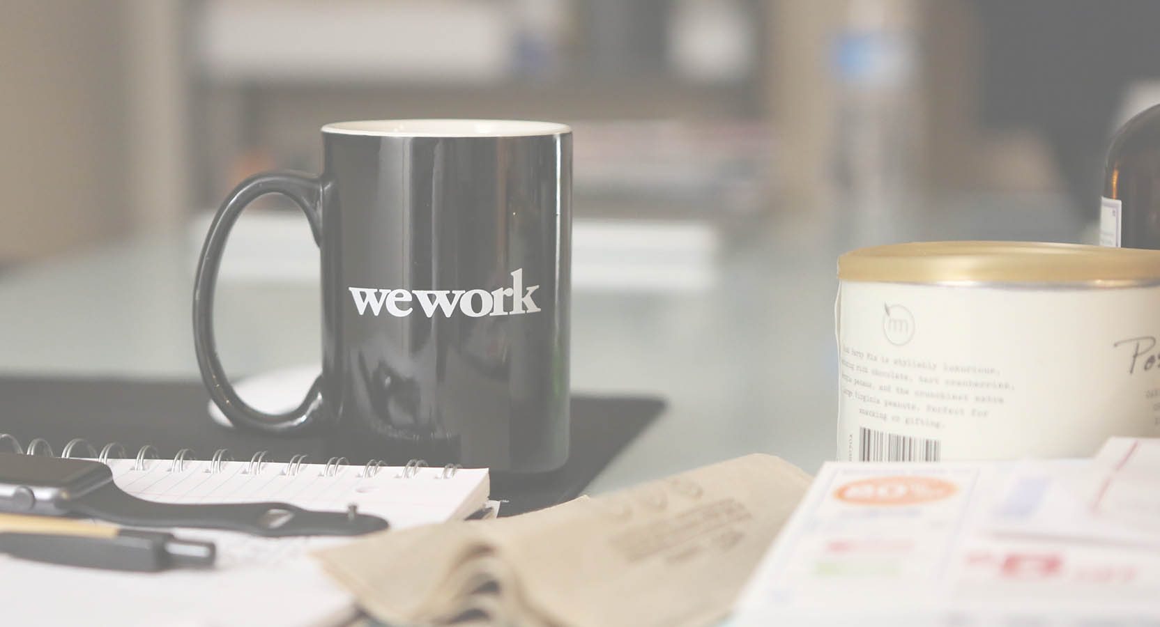 un bureau de travail de web designer : feuille, Pc , crayon, bloc notes