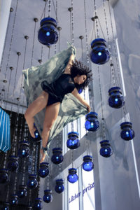 montage webdesign danseuse dans les airs fond bleu en lâcher prise